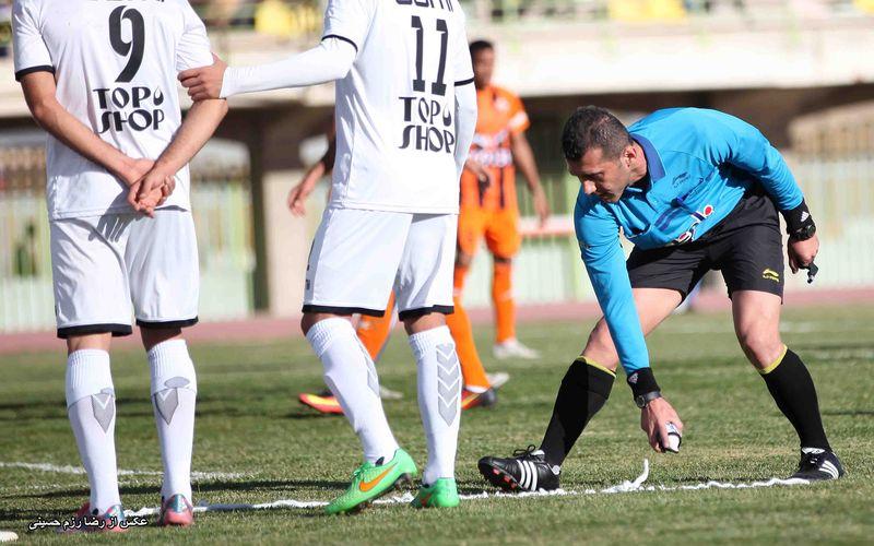 در این بازی که روز یکشنبه پنجم شهریور و از هفتهی سوم رقابتهای لیگ دسته اول کشور در تهران برگزار میشود، داریوش صابر مطلق و فرهاد فرهادپور کمکهای موسوی در این بازی خواهند بود.