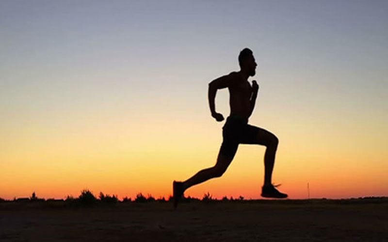گر چه گرفتن روزه با شرط رعایت نکات تغذیه ای و جلوگیری از افت فشار و قندخون هیچ منافاتی با ورزش کردن ندارد، بلکه هم چنین به انجام هرچه بهتر فعالیت های ورزشکاران نیز کمک خواهد کرد .