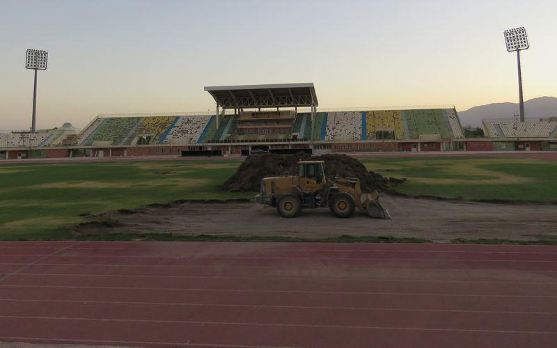 کار تعویض چمن ورزشگاه باهنر کرمان رسما آغاز شد(عکس)