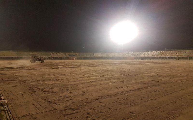 تلاش جهادی و همهجانبه برای آمادهسازی چمن ورزشگاه باهنر(عکس)