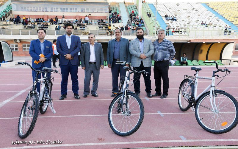حاشیههای بازی مس و مس رفسنجان/اهدای ده عدد دوچرخه عیدی به هواداران مس
