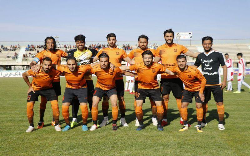 تیم فوتبال مس کرمان با دو گل فرزاد حسین خانی و بهرام رشیدفرخی به اولین پیروزی رسمی خود در سال 98 دست یافت تا یک پله درجدول لیگ یک صعود کند.