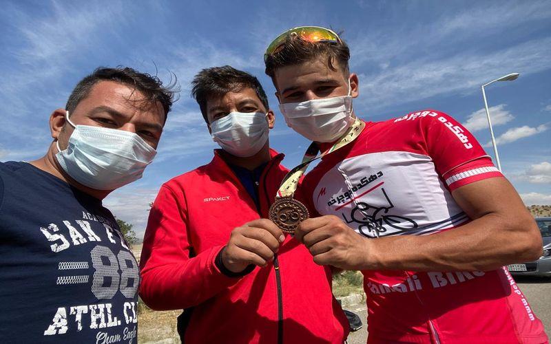 در ادامه رقابت های لیگ برتر دوچرخه سواری در بحش جاده، علی اصغر موسی زاده از تیم مس کرمان به یک مدال برنز دست یافت.