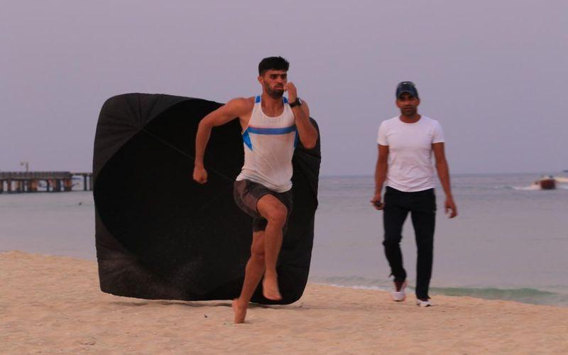 محمد حسین ابارقی دونده تیم مس کرمان برای کسب سهمیه ورودی المپیک توکیو تمرینات سنگین خود را در جزیره کیش زیر نظر مربی خود دنبال می کند.