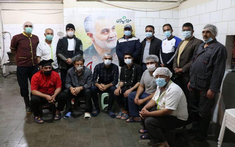 مشارکت کادر فنی تیم فوتبال مس کرمان در حرکت جهادی تهیه غذا برای نیازمندان(عکس)