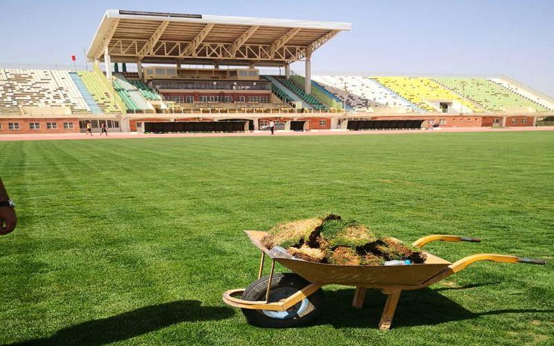 انجام کارهای ترمیمی برروی چمن ورزشگاه شهید باهنر کرمان(عکس)