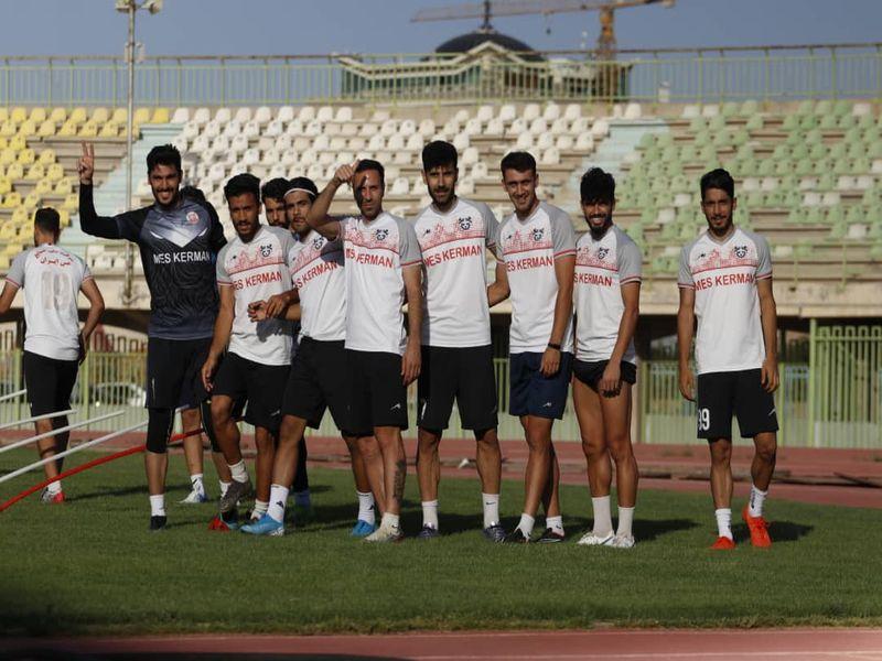 کلیپی از بازگشت تیم فوتبال مس کرمان به زمین سبز مسابقات به امید پایانی خوش
